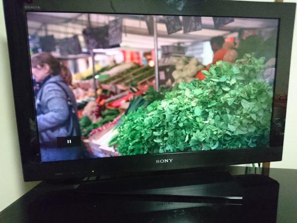Xperia Z5のThrowを使いテレビで見ている様子